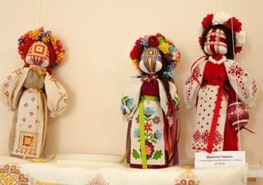 «Натхненні лялькою»: в Ужгородському скансені демонструють мистецтво створення ляльки